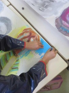 Peindre le carton à la craie bleue