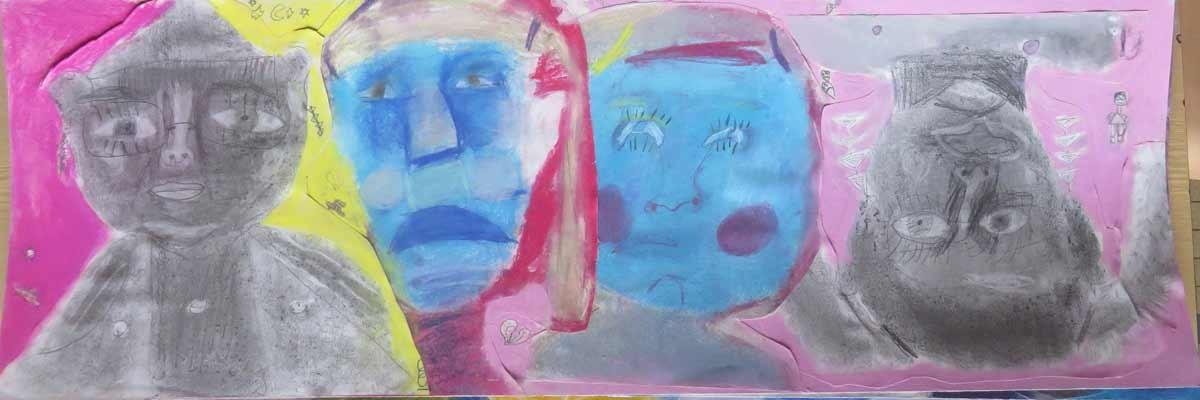 Deux visages bleus sur fond rose