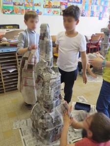 La sculpture est recouverte de papier journal