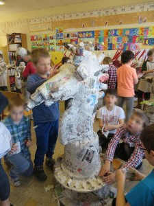 Les enfants fabriquent leur pièce d'échec géante