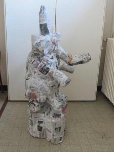 Sculpture en objets de récupération et papier mâché