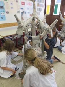 Les enfants peignent leur sculpture