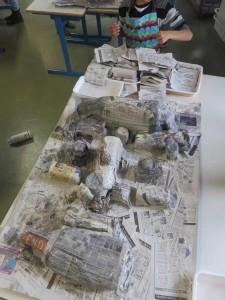 Portrait en papier journal et objets en plastique