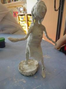 Modelage d'un personnage en plâtre