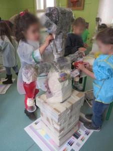 Recouvrir la sculpture de papier mâché