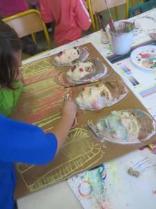Enfant qui travaille sur son bas-relief