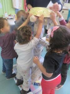 Enfants de maternelle qui réalisent leur sculpture