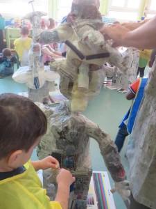 Enfant de maternelle avec sa sculpture