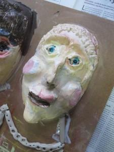 Portraits en argile peinte