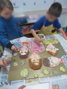 Les enfants peignent leur tableau