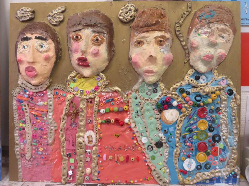 Portraits d'enfants en relief et incrustation de perles