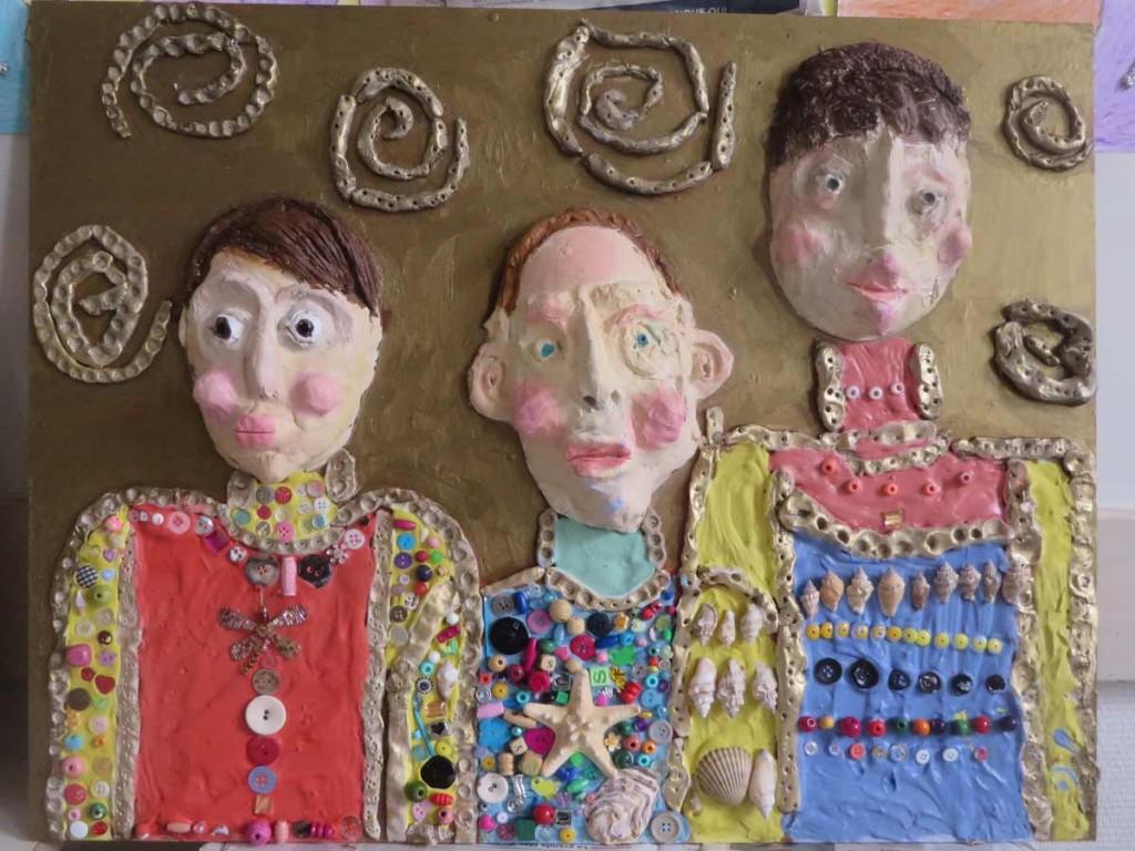 Portraits en argile et incrustation d'objets