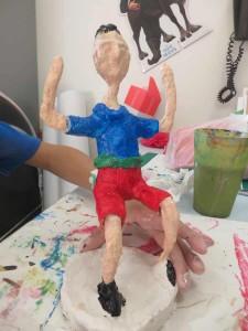 La figurine est peinte