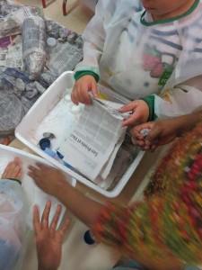 Les enfants utilisent des feuilles de journal découpées