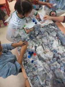 Enfants qui travaillent sur leur tableau collectif