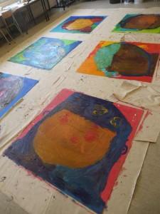 Grands tableaux posés au sol