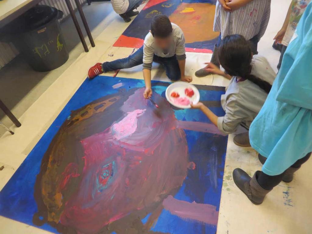 Enfants qui réalisent de très grandes peintures