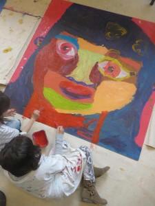 Enfants qui réalisent une peinture géante