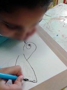 Petite fille qui dessine à l'encre