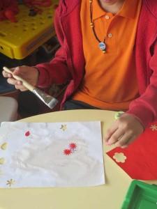 Collage de petites fleurs rouges
