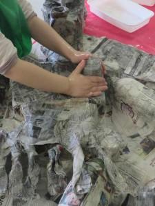 Papier mâché à la maternelle