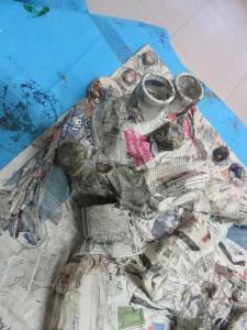 Tête en papier mâché et objets de récupération