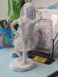 Modelage d'une figurine en bandes plâtrées