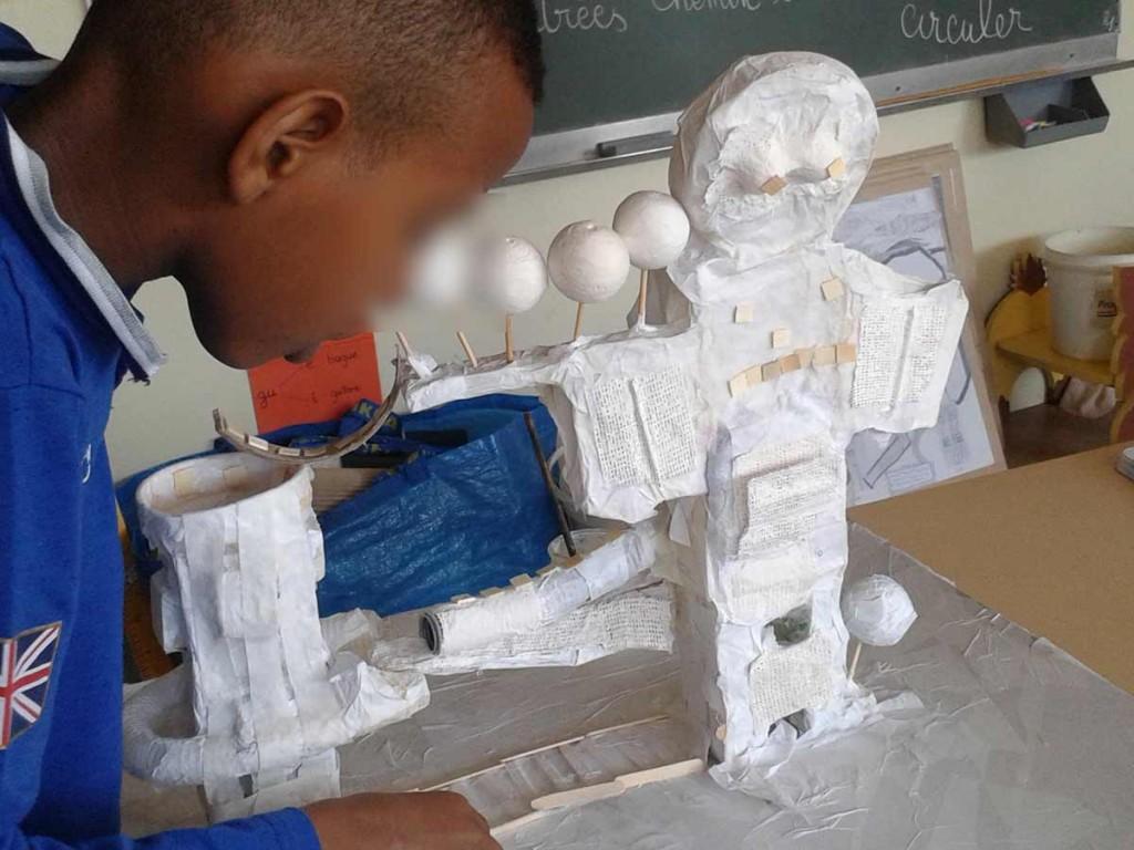 Saïd termine de décorer sa maquette