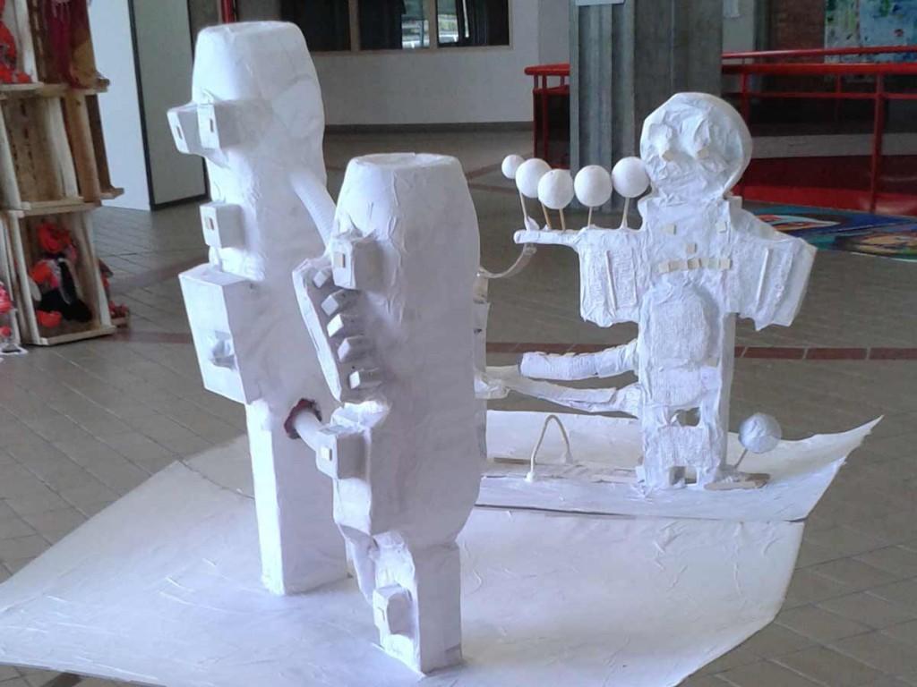 Maquettes réalisées en objets de récupération et papier blanc