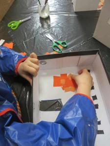 Collage de petits morceaux de papier orange