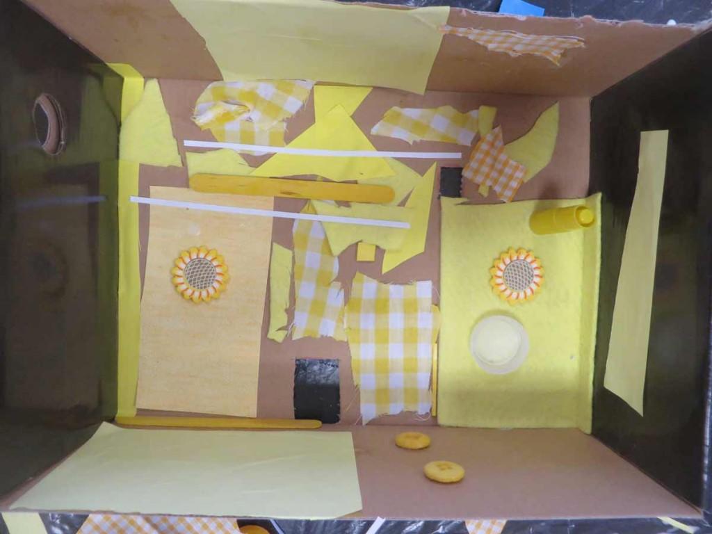 Tapisserie jaune et fenêtres fleur