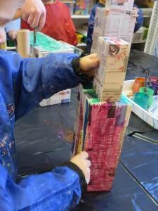 Une tour avec des boites en carton