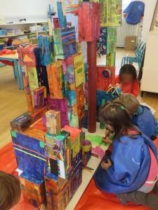 Enfants qui décorent leur maquette
