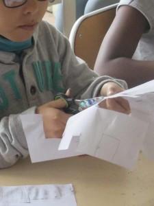 Enfant qui découpe son dessin
