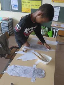 Saïd prépare son collage