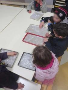 Les enfants découvrent les plaques d'argile