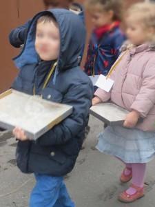 Les enfants sont ravis d'être dans la rue