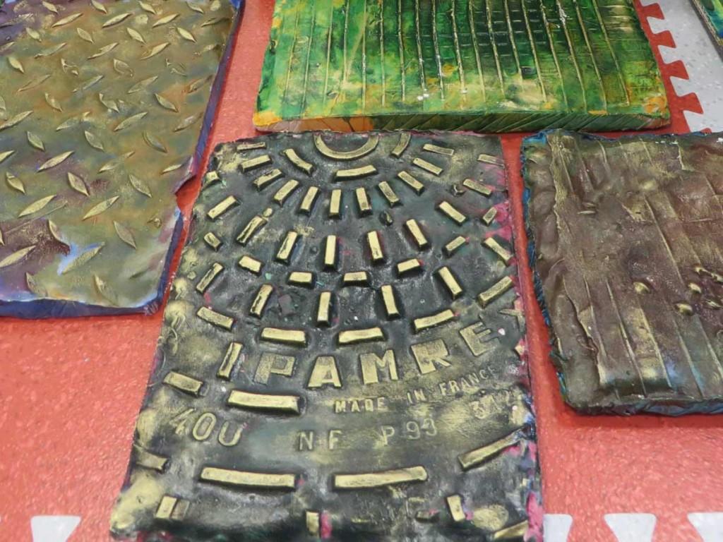 Les reliefs apparaissent grâce à la cire à dorer