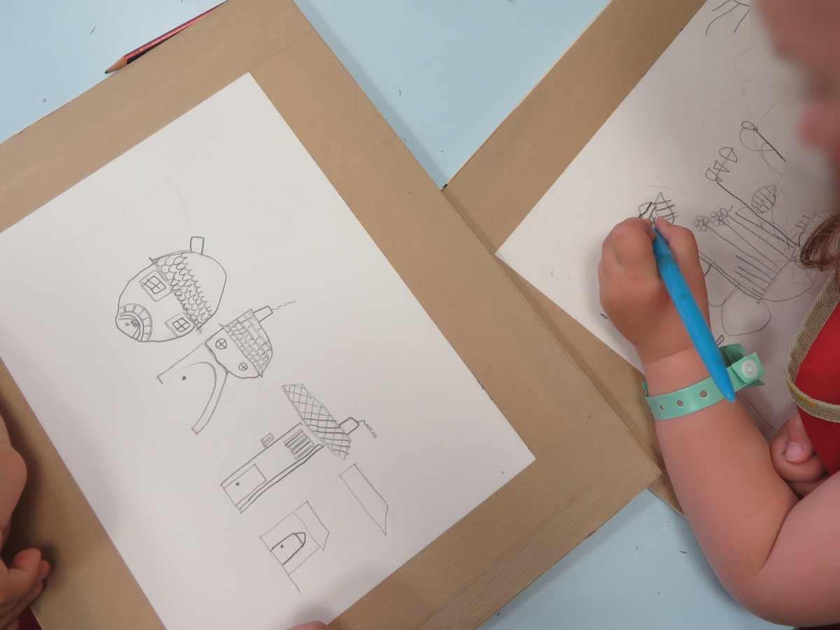 Les deux fillettes dessinent