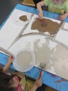 Les enfants jouent avec la peinture