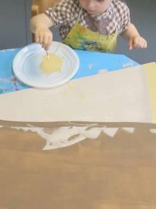 Enfant qui peint.