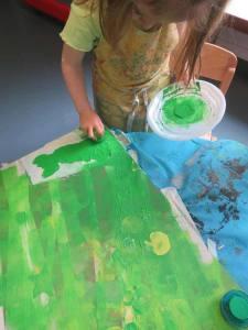 Les enfants peignent avec des tampons en mousse