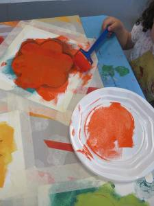 Fleur orange peinte au pochoir