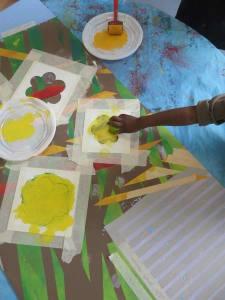 Peindre des fleurs jaunes au pochoir