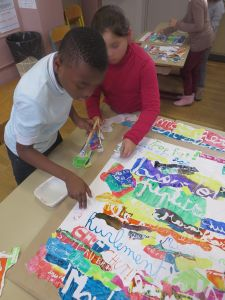 Enfants qui travaillent ensemble