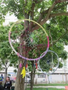 Piège à rêve suspendu dans les branches