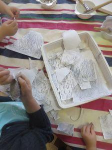 Déchirer en fragments le papier gris