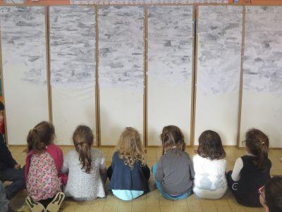 Les enfants admirent leur travail