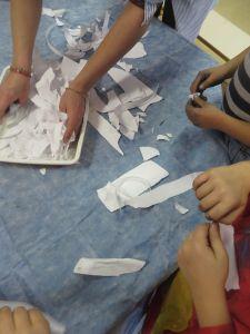 Déchirage du papier grisé
