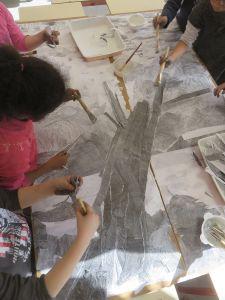 Un tronc d'arbre en papier déchiré